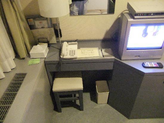 Asakusabashi Business Hotel: デスクも狭くて仕事にはきつい