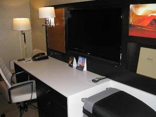 Staybridge Suites Times Square - New York City : Room-Flat TV
