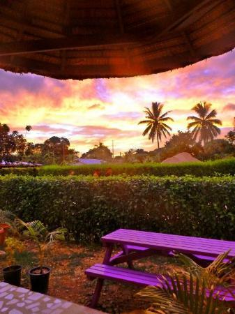 Hibiscus Attraction Center: Tourné vers l'Ouest, les coucher de soleil de Santo sont superbes