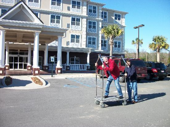 Country Inn & Suites By Carlson, Columbia at Harbison: Can I help bring in your baggage?
