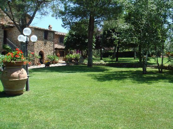 Villa Le Torri: Well kept garden