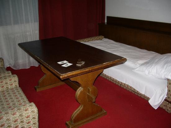 Hotel Berghof Graml: room, table