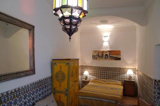 Riad Dar Tiflet : chambre bigarrée