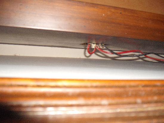 Hotel Today International : presa elettrica nell'armadio di legno: ottima in caso di corto!!