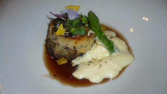 Sangonereta: Bull tail in bread crust, potato puree, and liquorice sauce