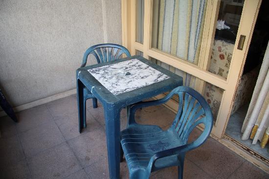 Marbella Inn: Tired old furniture