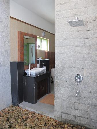 Aanavilasam Luxury Plantation House: Open air shower in Pool Villa