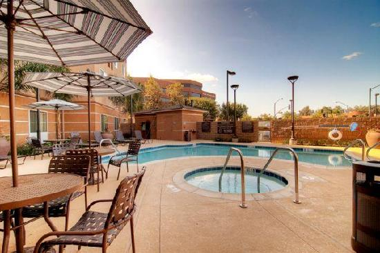 Hilton Garden Inn San Bernardino: Our heated outdoor pool and spa area.