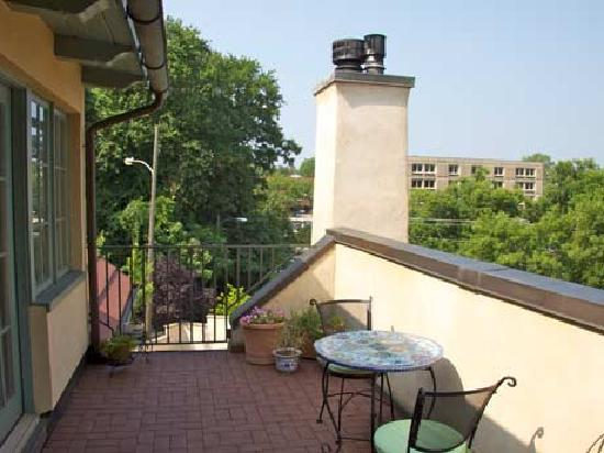 The Inn at 400 West High: The Ridge Apartment balcony