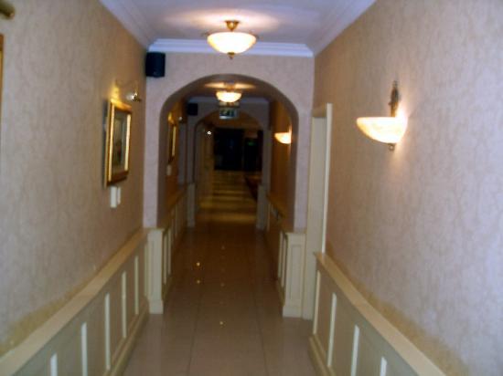 Bloomfield House Hotel, Leisure Club & Spa: Corridor between lobby & bar