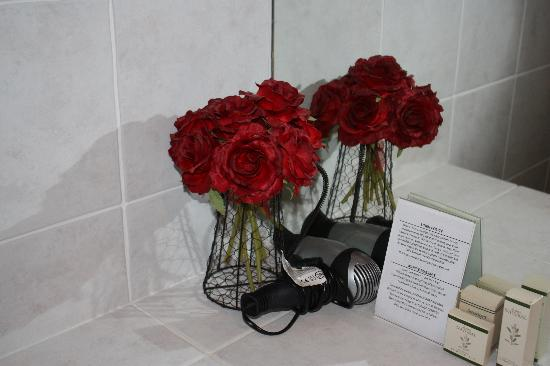 Manata Lodge: Flowers left5 for us in our bathroom
