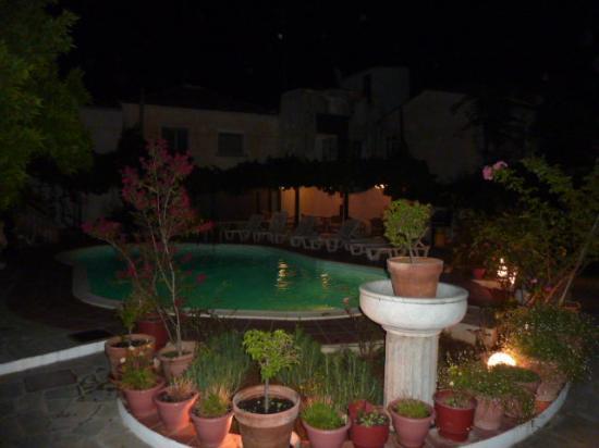 Hotel Kipos: la piscine le soir