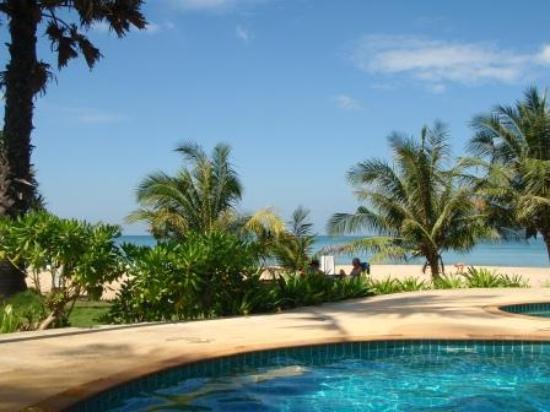 Good Days Lanta Beach Resort: Utsikten från poolen mot stranden