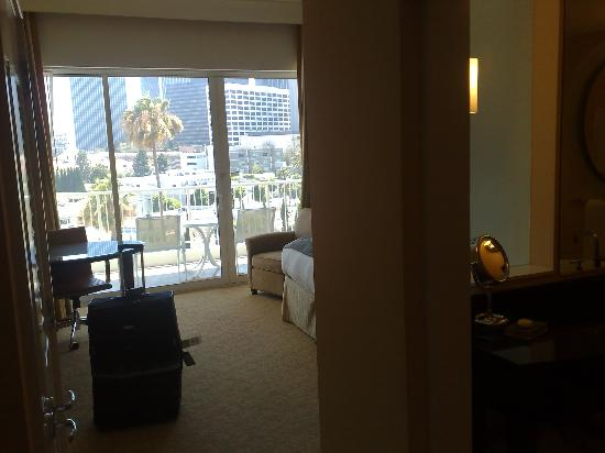 The Beverly Hilton: Decent sized room