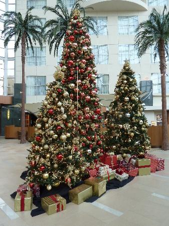 Hyatt Regency Orange County: Christmas decorations in lobby