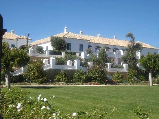 Finca Cortesin Hotel, Golf & Spa: Blick vom Garten auf das Hotel