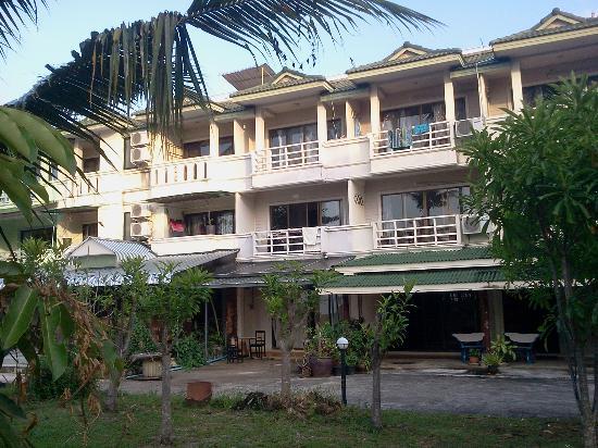 Aloha Lanta Resort: Devanture de l'hotel