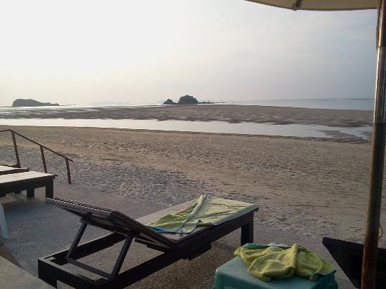 Aloha Lanta Resort: Marée basse devant l'hotel