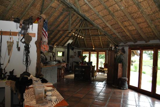 Majiki Lodge: breakfast and bar area