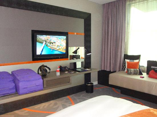 Resorts World Sentosa - Hard Rock Hotel Singapore: interior kamar dengan sofa besar