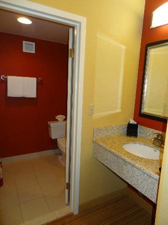 Courtyard Newport Middletown: Waschbecken separat von Toilette und Badewanne