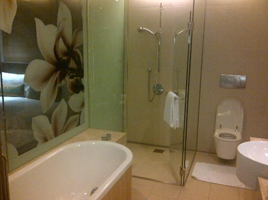 Crowne Plaza Changi Airport: Bathroom With Glass Partition