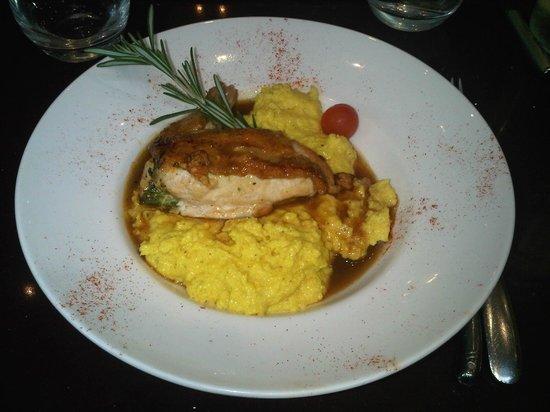 Cafe le Baron: Suprême de poulet farci au pesto