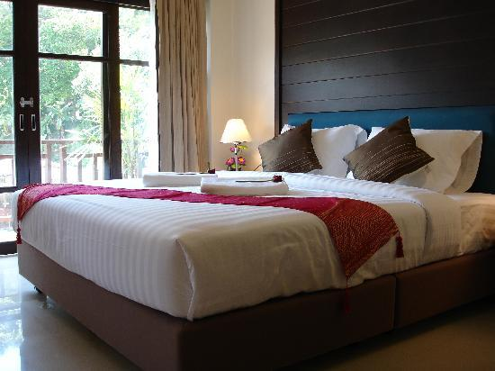 Enjoy's Beach House Karon: Large suite with private balcony
