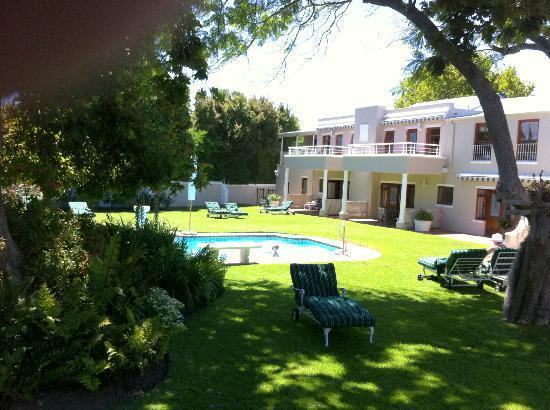 Glen Avon Lodge: zicht vanuit de tuin naar onze kamer