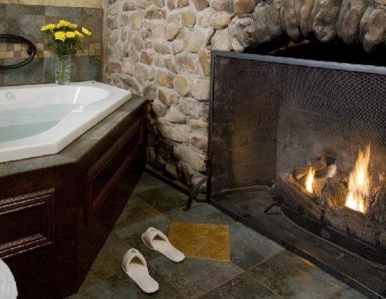 ‪‪Hilltop Manor Bed & Breakfast‬: Sycamore Suite - Fireplace in Inglenook with 2 Person Jacuzzi Tub‬