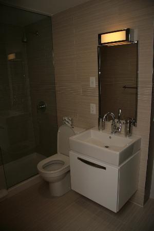 Metro Apartments: bathroom 2