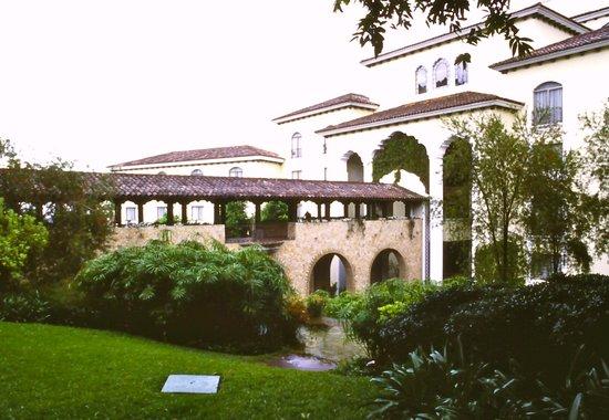 Hotel Vista Real Guatemala: Il giardino con cascatella
