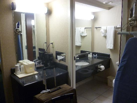 BEST WESTERN Capital Beltway : bar/bathroom