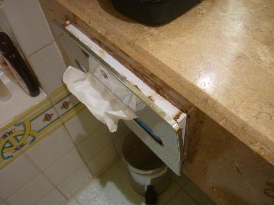 Hotel Bakoua: le distributeur de mouchoir...