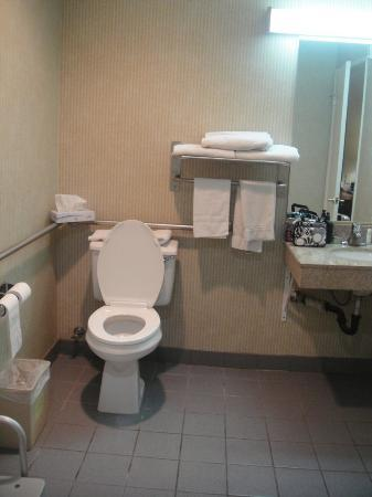 Quality Inn Hollywood: spacious bath room