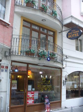 Best Town Hotel : L'ingresso dell'albergo