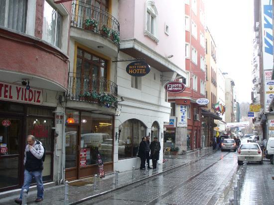 Best Town Hotel : La strada in cui si trova l'albergo