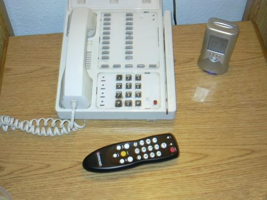 SeaTac Crest Motor Inn: No labels on phone, bad TV remote, and OUR alarm clock!