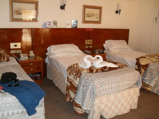 Saint Joseph Hotel: Quieter, south-facing corner rooms have 3 beds!