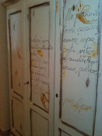 Otto Ducati d'Oro: Dettaglio dell'armadio dipinto a mano con citazioni storiche relative alla tenuta.
