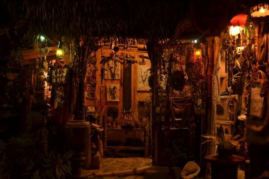 Kaingud Arts and Crafts : Shop in the evening