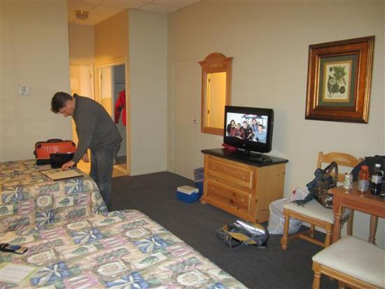 Liberty Mountain Resort: basic room amenities, full-size cot fits next to TV