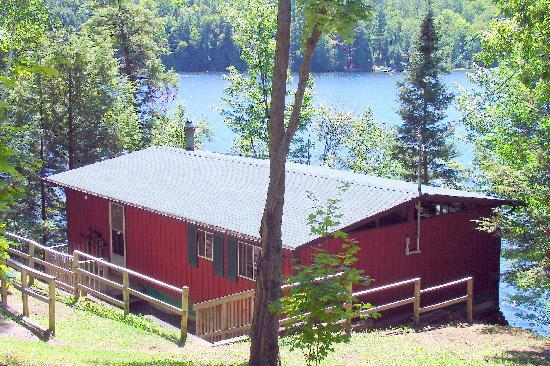 Sunny Point Resort, Cottages & Inn : deluxe 3 bdrm pet friendly waterfront cottage