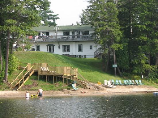 Sunny Point Resort, Cottages & Inn : backside of our private inn from the lake