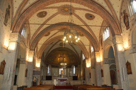 Basilica di San Calimero: navata centrale e altare maggiore