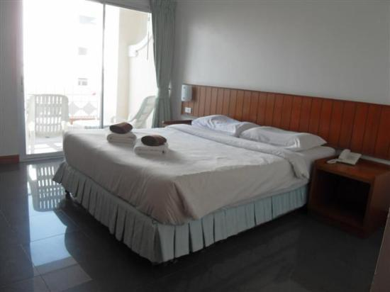 Jed Pee Nong Hotel: Big Room with Comfy Bed!