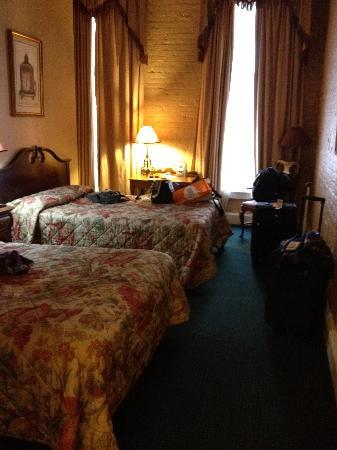 La Galerie Hotel: pretty dark room