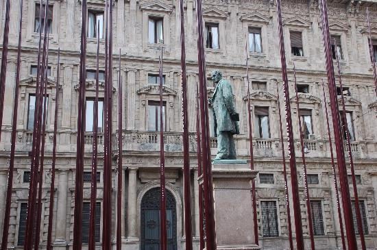 Chiesa di San Fedele: statua del Manzoni (allestimenti per il salone del Mobile)