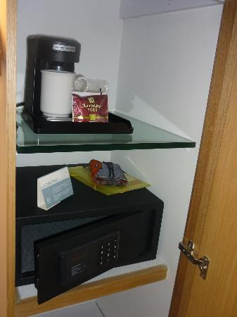 Sonesta Hotel Bogota: safety box and a coffee maker