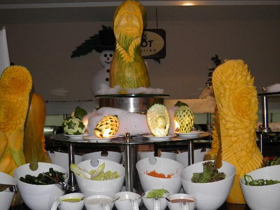 Coral Sea Aqua Club Resort: Fruit art.....